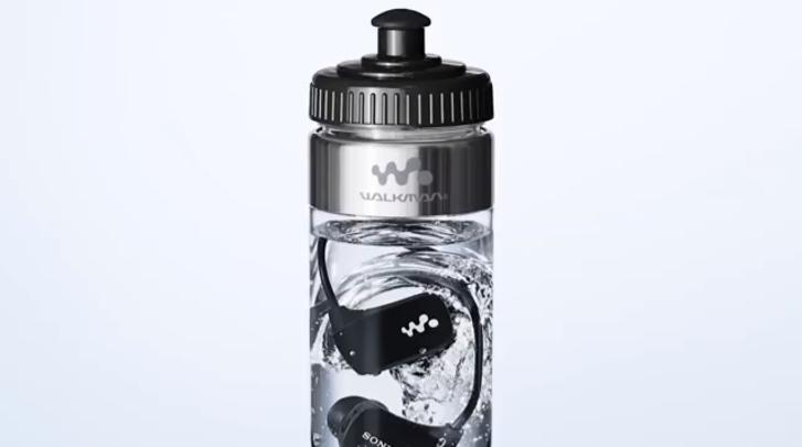 Sony suya dayanıklı MP3 oynatıcısı NWZ-W273'ü su dolu bir şişenin içinde satıyor
