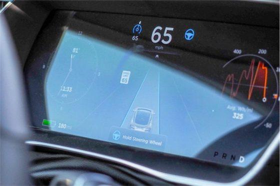 Tesla yeni otomobillerinin Autopilot donanımını geliştiriyor