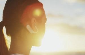 İkinci nesil Sony Xperia Ear parlaklığıyla göz alıyor