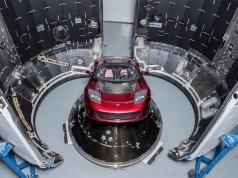 Elon Musk uzaya gönderilecek Tesla Roadster'ın fotoğraflarını paylaştı