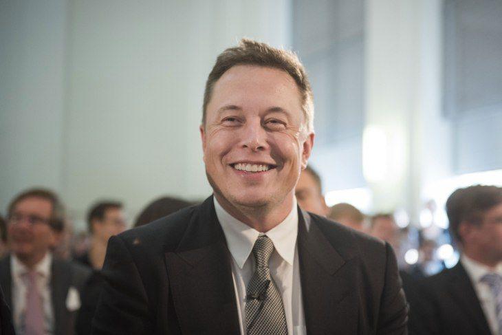 Twitter adını Elon Musk olarak değiştirenlerin hesaplarını kilitliyor