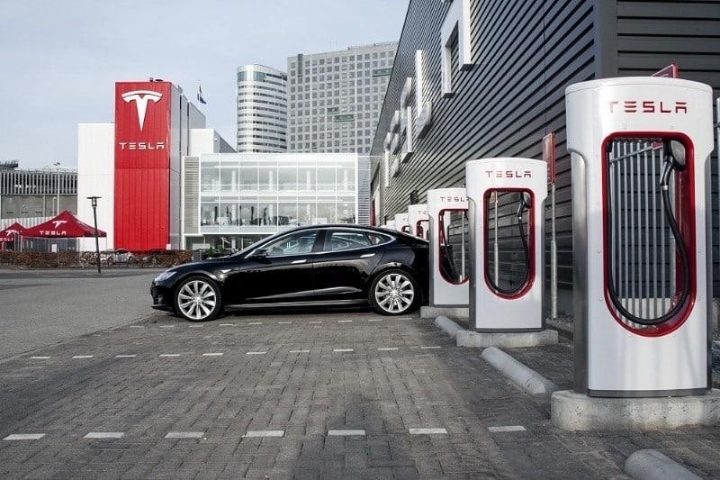 Tesla eski çalışanları tarafından açılan iki davayla karşı karşıya