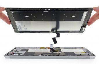 Microsoft Surface Go parçalarına ayrıldı, küçük pil ortaya çıktı