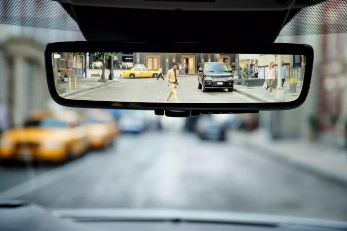 2020 model Range Rover Evoque'da hibrit dikiz aynası var